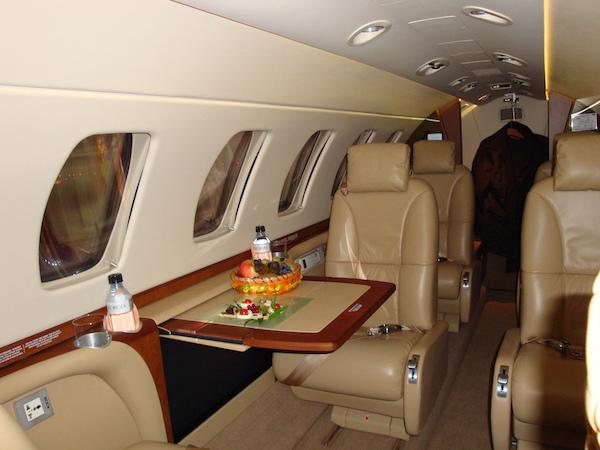 Jet privé vue extérieure : Aviation d'Affaires sur l'aéroport de Paris Le Bourget, Juin 2010