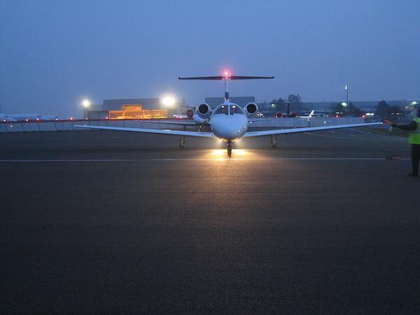 Avion privé vue extérieur de nuit : Aviation d'Affaires sur l'aéroport de Paris Le Bourget, Juin 2010