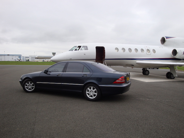 Avion privé vue extérieur avec limousine : Salon du bourget, 52° édition, Juin 2017