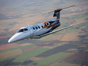 Embraer Phenom 100, avion taxi destiné à la location d'avion d'affaire pour des vols à la demande, embraer-phenom-100-flying