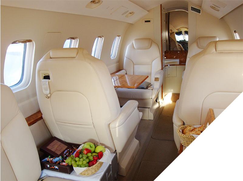 Intérieur cuir d'un jet privé avec repas frais sur les tables